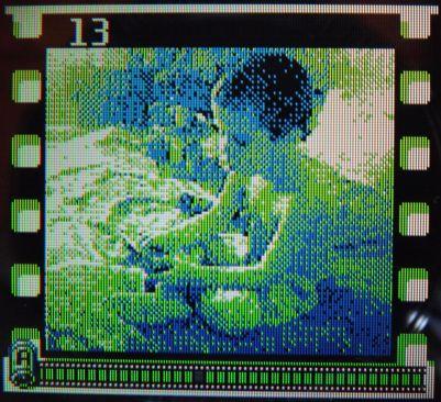 O imagine de la Tom cu puştiul său, Patrick, realizată folosind Game Boy Camera. Cool retro vibe!